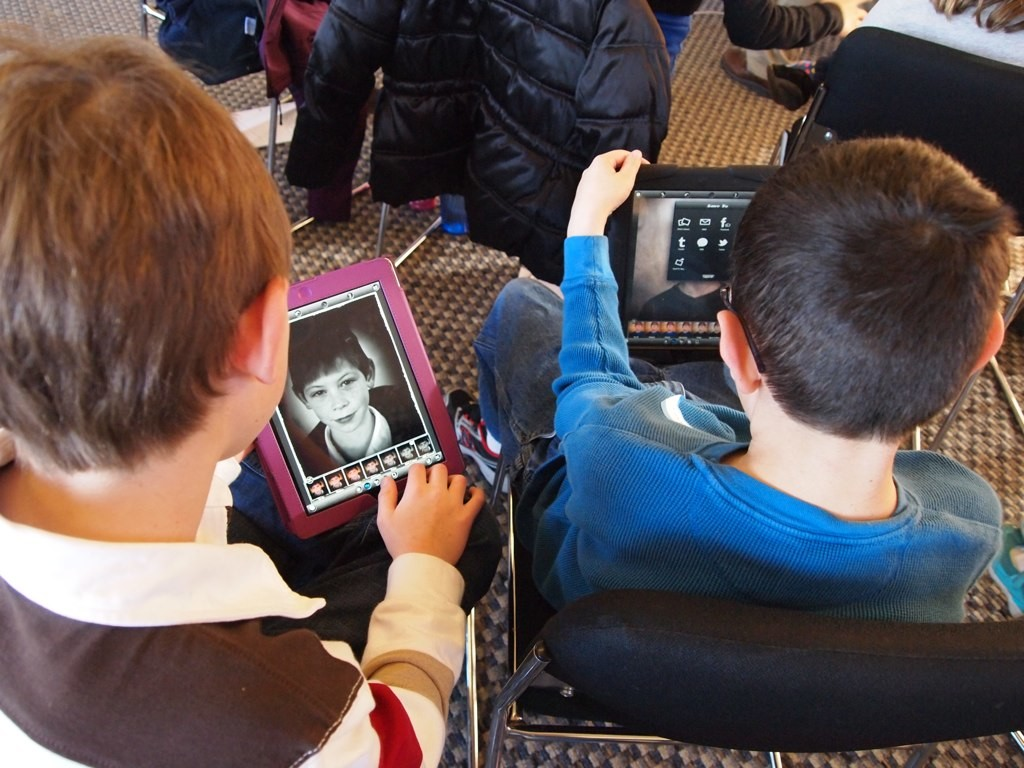 http://www.schooltechnology.org Photos of elementary students using iPads at school to do amazing projects.